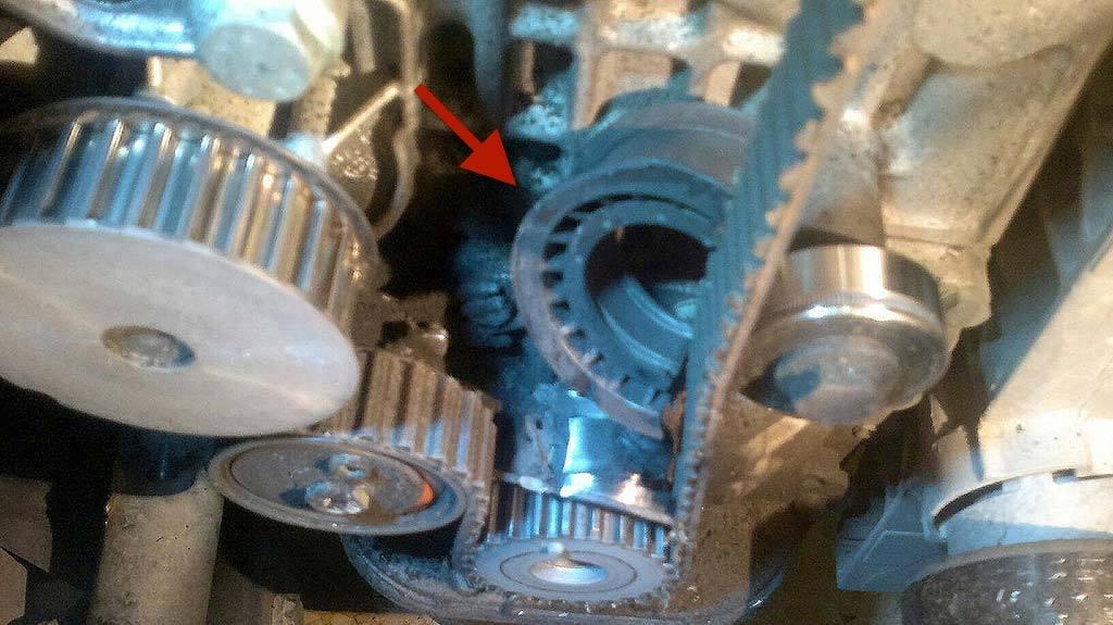 Imagen que muestra el por qué de los ruidos producidos por un tensor roto en la correa de distribución