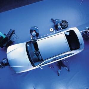 Mecánicos de Bosch revisando un coche en el taller