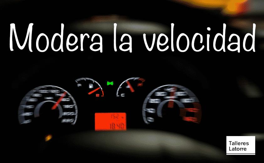 Imagen del panel de un vehículo que circula a gran velocidad