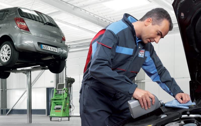 Mecánico se ocupa del mantenimiento del coche